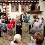 Großer Publikumsandrang bei der Vernissage am 16.Juli 2017 im Innenhof des Museums Brüder Grimm-Haus Steinau