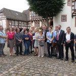 Gruppenbild der Kulturschaffenden mit Museumsleiter Burkhard Kling und Landrat Thorsten Stolz