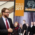 Landrat Thorsten Stolz legt bei seiner Eröffnungsrede den Schwerpunkt auf die Wurzeln im Main-Kinzig Kreis sowohl Ludwig Emil Grimms als auch der Künstler und Künstlerinnen der Ausstellung